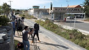 Periodistas en los accesos a la prisión de Brieva (Ávila).