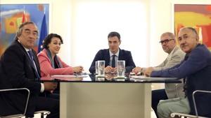 El presidente del Gobierno, Pedro Sánchez, y la ministra de Empleo, Magdalena Valerio, este martes en la reunión mantenida con los agentes sociales.
