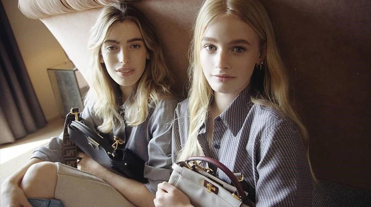Las hermanas Clara y Esther McGregor posando para la nueva campaña de Fendi.