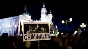 Manifestantes frente a la Almudena, este jueves, por el traslado del dictador Francisco Franco