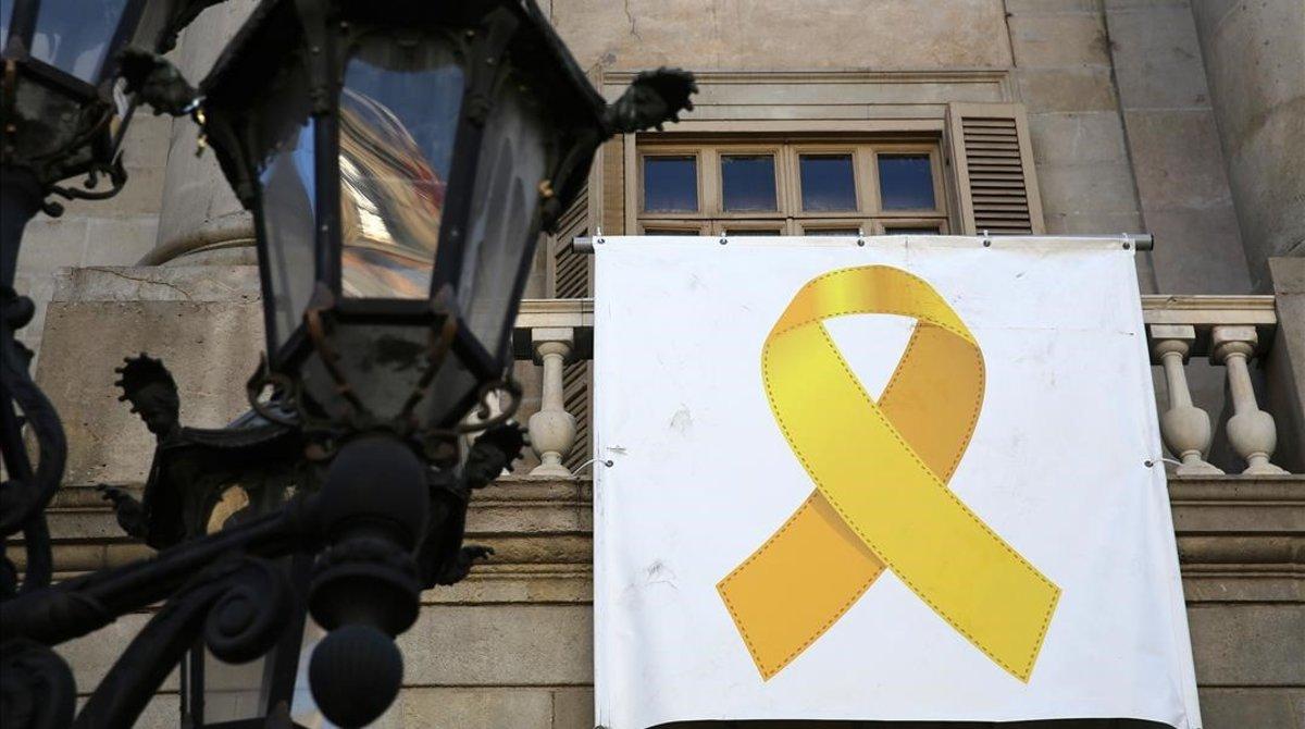 Colau retira el llaç groc de l'Ajuntament de Barcelona