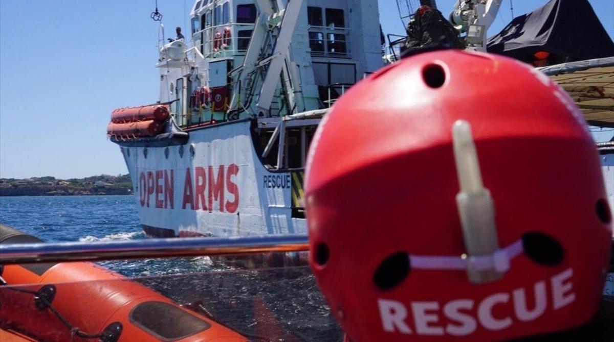 Uno de los miembros de Open Arms llega al buque de salvamento de la oenegé