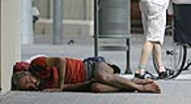 Un vagabundo entre las calles Bailèn y València de Barcelona.