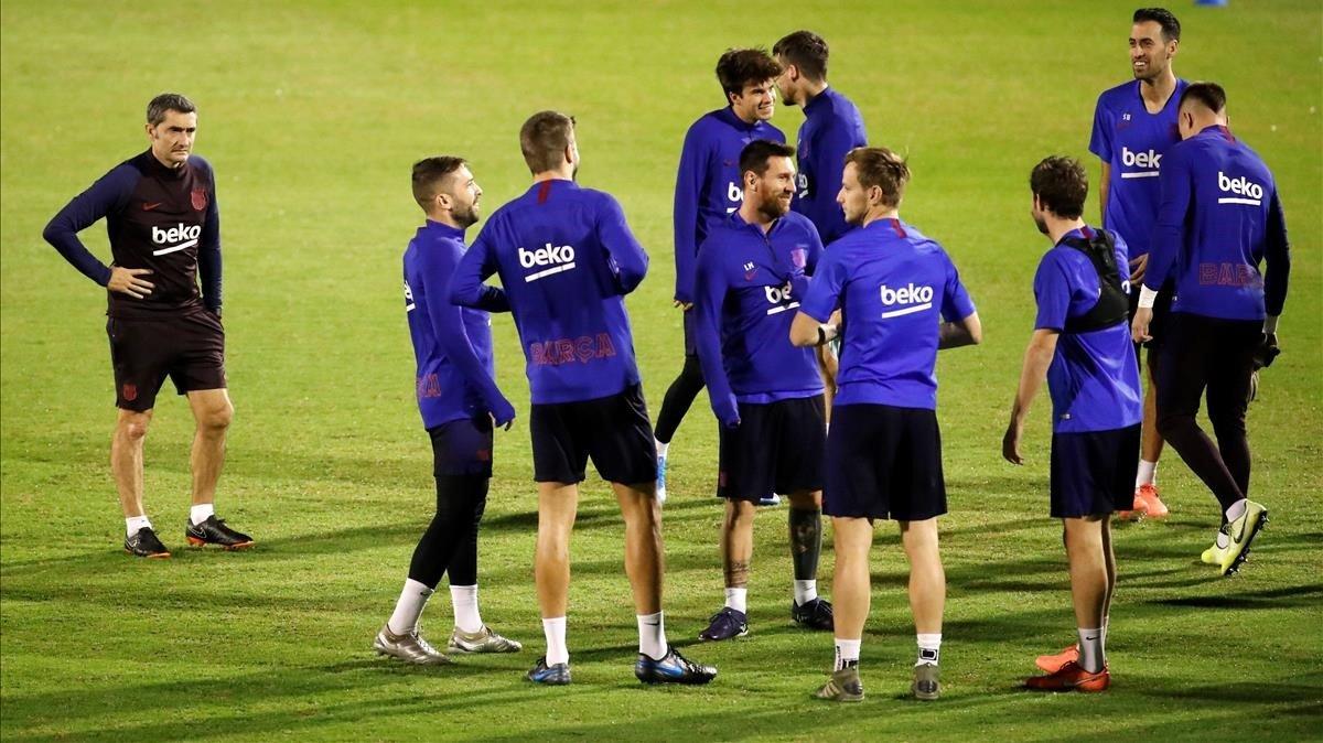 Valverde y los jugadores azulgranas, en un entrenamiento previo al partido de Supercopa contra el Atlético en Yeda, Arabia Saudí.