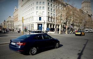 Un vehículo VTC circula por plaza de Catalunya de Barcelona.