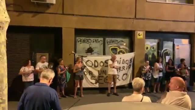 Un grupo de 50 vecinos de La Verneda, durante la cacerolada a las diez de la noche del sábado 17 de agosto.