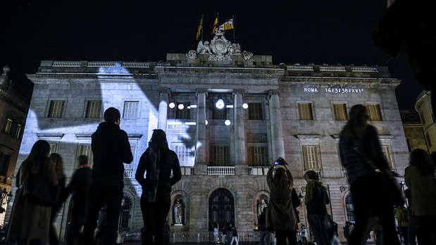 Assaig del vídeo mapping que es projectarà a lAjuntament de Bracelona per a la commemoració del 80 aniversari dels 3 dies de bombardejos a la ciutat lany 1938.