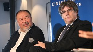 El artista chino Ai Weiwei y el 'expresident' Puigdemont, este miércoles en un acto en Bruselas