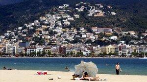 Unas urbanizaciones vistas desde la playa de Santa Margarida, en Roses.