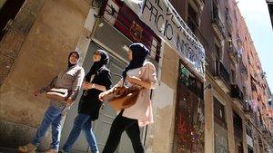 Jóvenes en el barrio del Raval, en Barcelona.