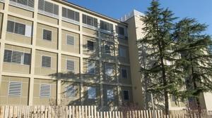 Fachada del centro de menores La Misericòrdia a las afueras de Girona, este lunes.