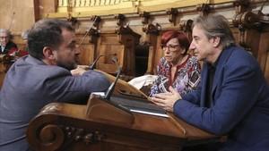 Alfred Bosch y Juanjo Puigcorbé charlan en un receso de un pleno del Ayuntamiento de Barcelona.