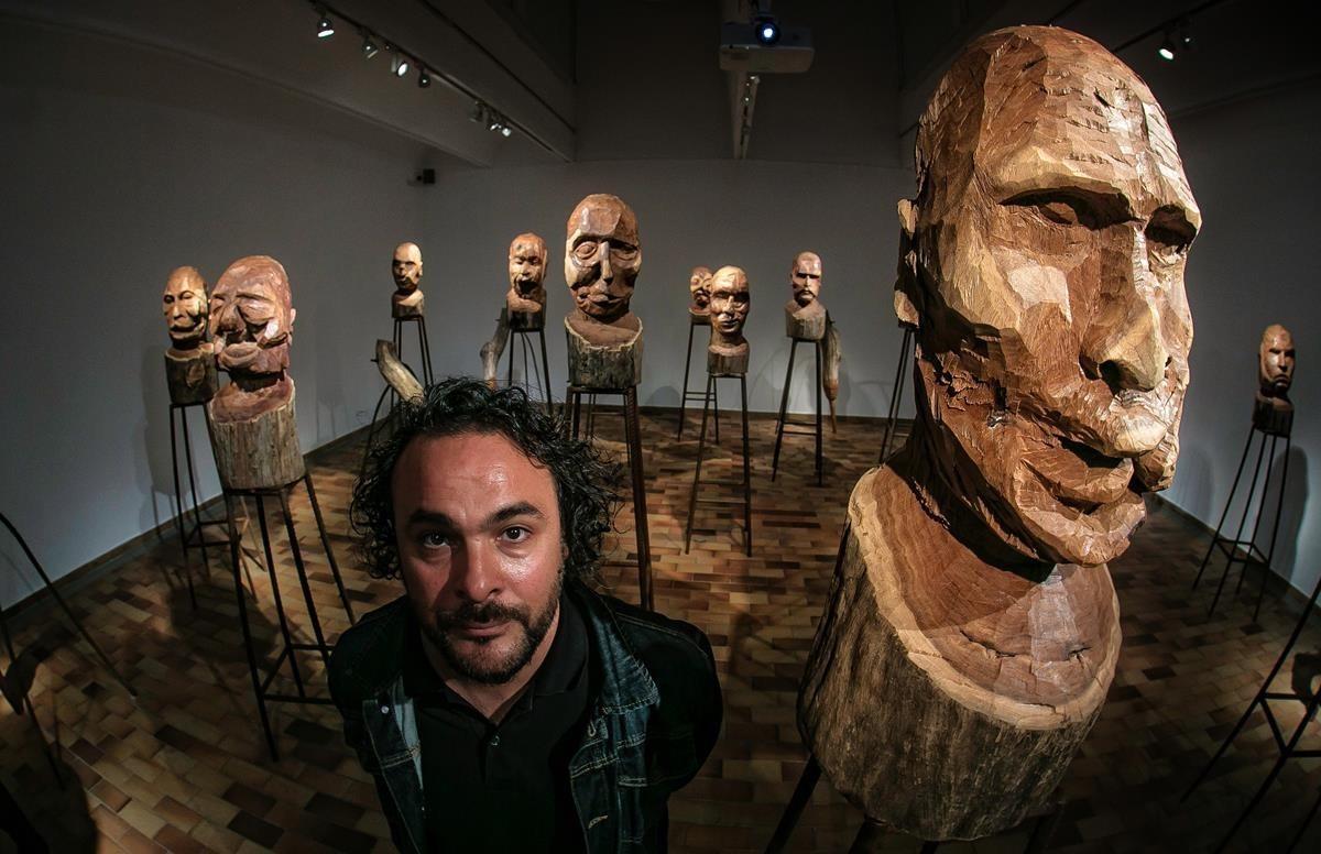 El artista Kader Attia, junto a la instalación J'accuse, la semana pasada en la Fundació Miró.