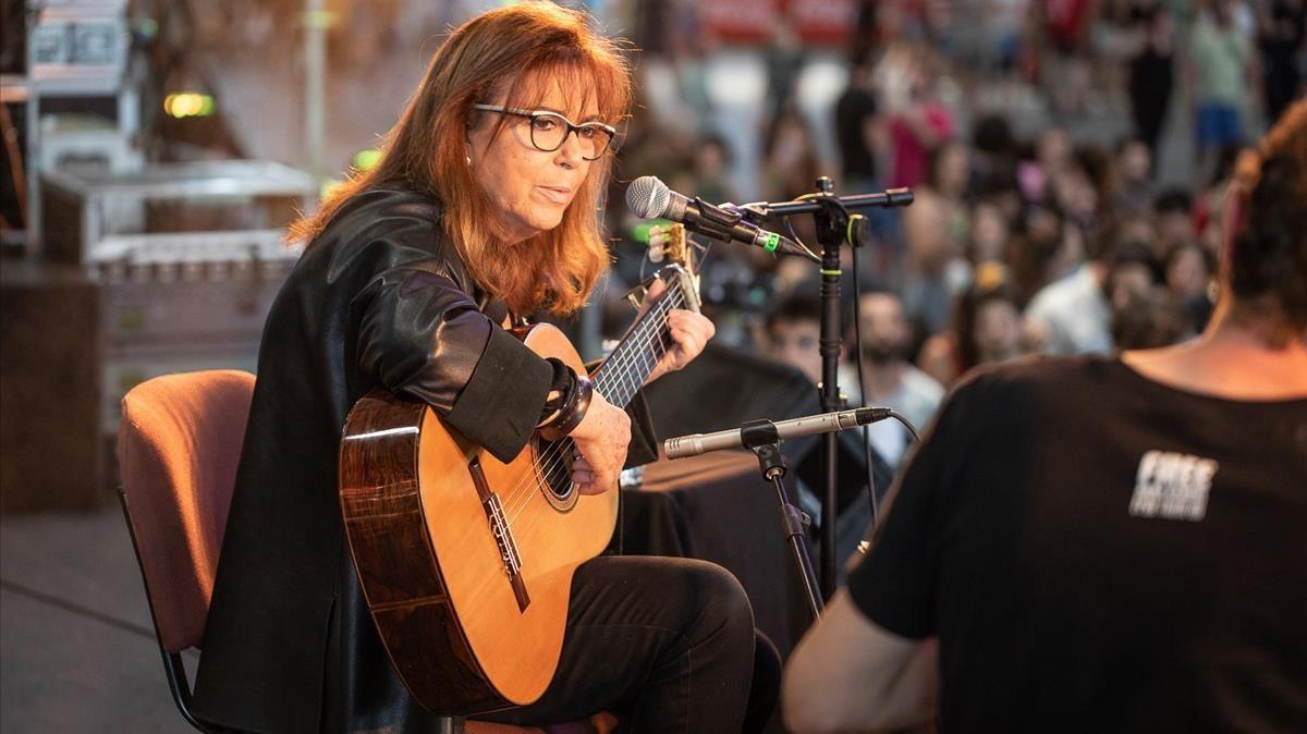 Maria del Mar Bonet, durante su actuación en el Concert per la Llibertat dExpressió en el Palma Arena.