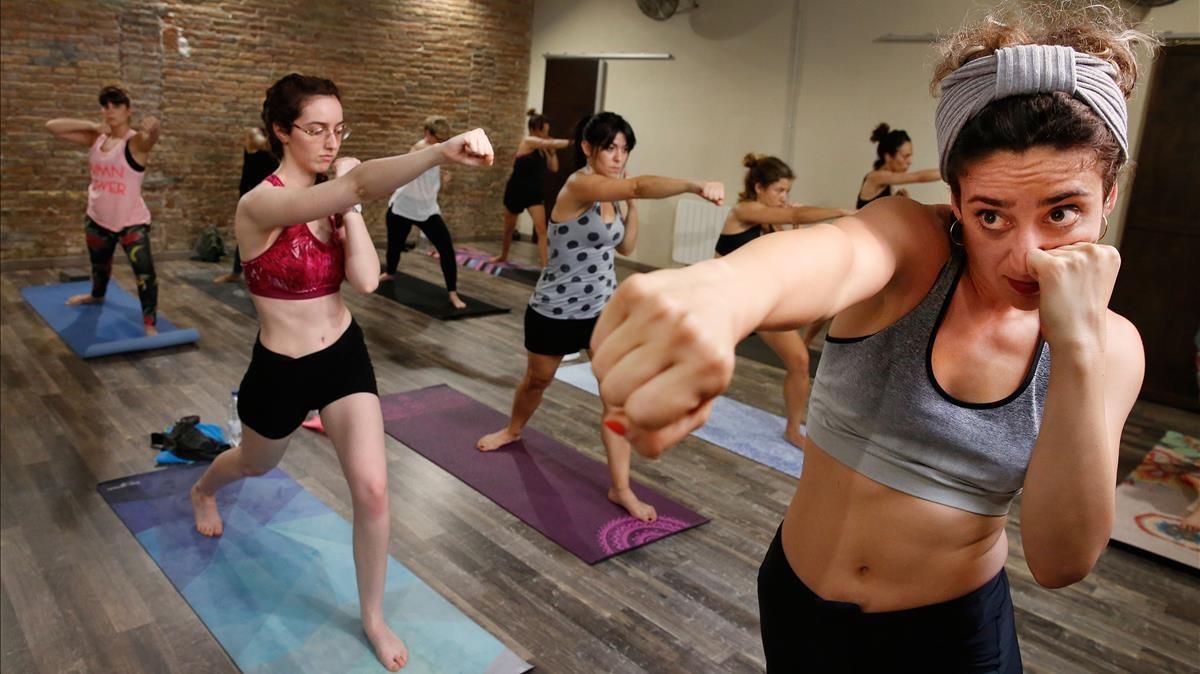 Judit Martínez lanza un jab sobre esterilla durante una clase de boxing yoga en The Art of Living in BMS.