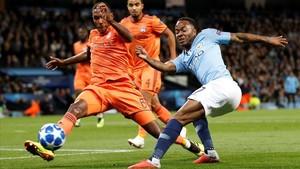 Sterling (City) y Macerlo (Lyon), en un lance del debuten la Liga de Campeones.