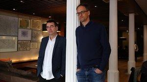 Los escritores británicos Mike Herron y Charles Cumming (derecha), este viernes en Barcelona.