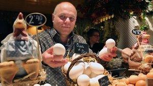 Xavier Frauca,en su parada de Ous Calafen el mercado barcelonés de ElNinot.