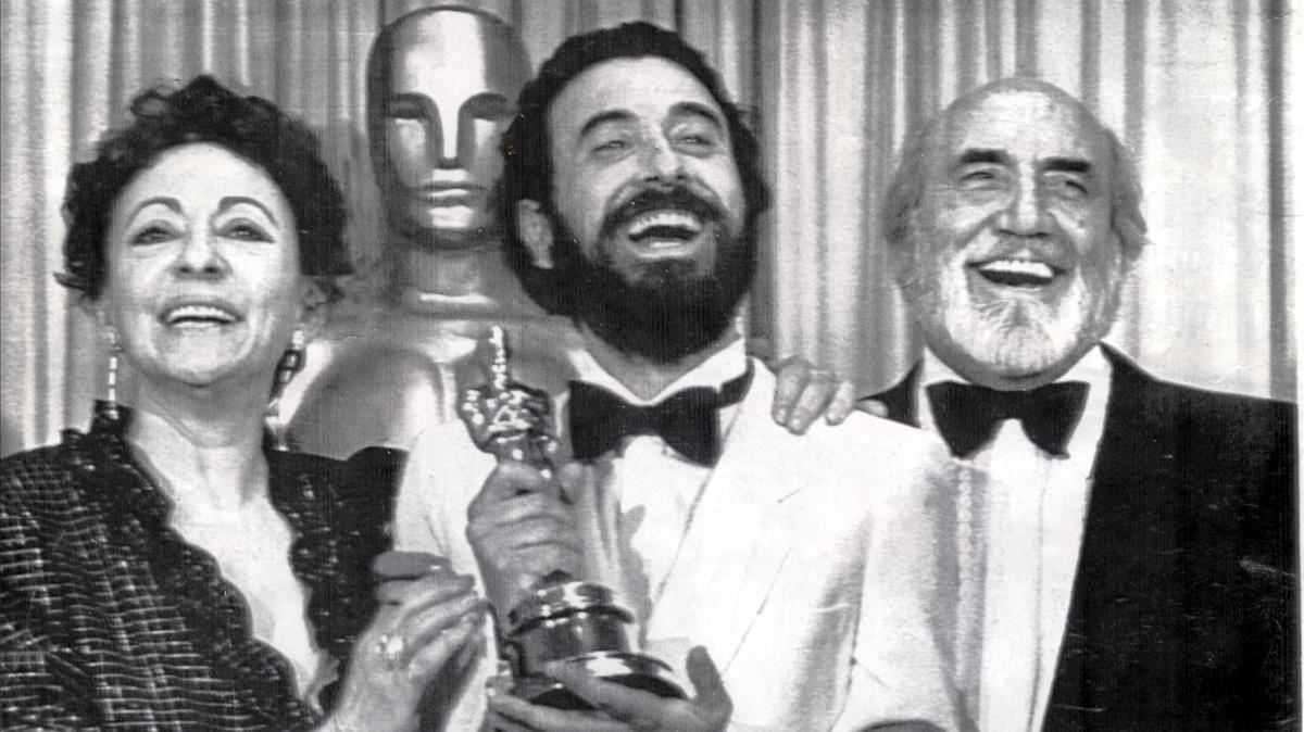Encarna Paso, José Luis Garci y Antonio Ferrandis, tras ganar el Óscar con 'Volver a empezar'.
