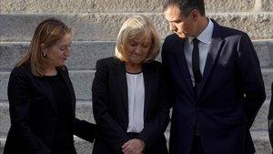 En la imagen la presidenta del Congreso, Ana Pastor; Pilar Goya, viuda del ex secretario general del PSOE Alfredo Pérez Rubalcaba y el presidente del Gobierno, Pedro Sánchez.