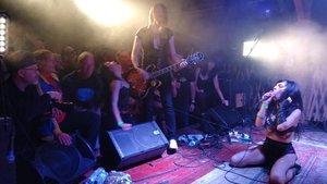 La cantante neozelandesa Labretta Suede con su grupo Motel 6 en plena actuación.
