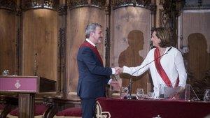 Ada Colau y Jaume Collboni se saludan en la sesión de constitución del Ayuntamiento de Barcelona, el 15 de junio.