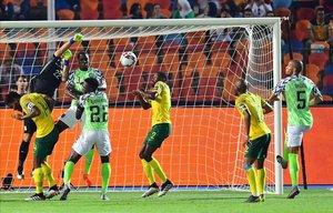 Jugada de ataque de de Nigeria sobre el área de Suráfrica, en los cuartos de final (2-1).