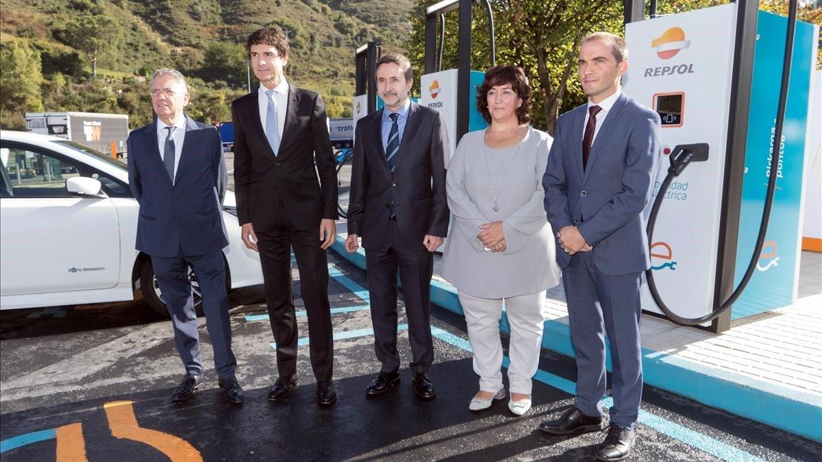 El consejero delegado de Repsol, Josu Jon Imaz (en el centro), en la inauguración de la electrolinera más potente de Europa.
