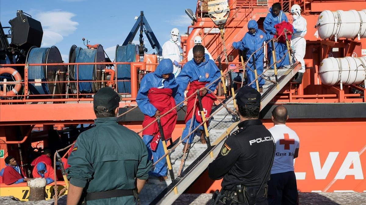 Un grupo de inmigrantes subsaharianos rescatados en el Mediterraneo,este noviembre.