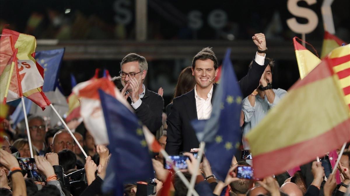 El candidato de Cs, Albert Rivera, junto al secretario general del partido, José Manuel Villegas, durante el mitin de final de campaña en Barcelona.