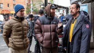Los hermanos Safdie, con Adam Sandler, durante el rodaje de 'Diamantes en bruto'.
