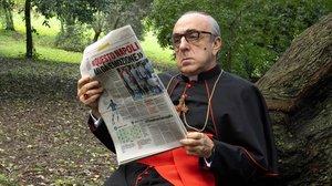El cardenal Angelo Voiello (Silvio Orlando) sigue la actualidad del Nápoles en una escena de 'The Young Pope'.