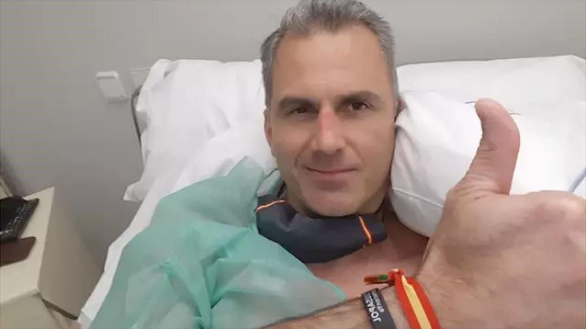 Ortega Smith saluda desde la habitación en la que se encuentra ingresado por culpa de unos trombos en piernas y pulmones.