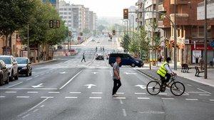 Una calle de Lleida, prácticamente vacía, a primera hora de este lunes.