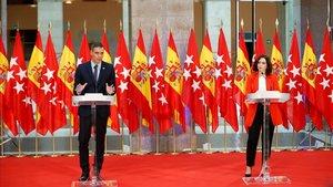 El desplegament de Sánchez i Ayuso: 24 banderes com a teló de fons