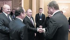 Salutació entre Vladímir Putin i Petró Poroshenkio, ahir a Minsk.