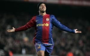 Ronaldinho, sonriente, tras conseguir uno de sus goles con la camiseta del Barça