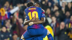 Messi abraza a Dembélé tras el gol que marcó este al Chelsea en el Camp Nou.