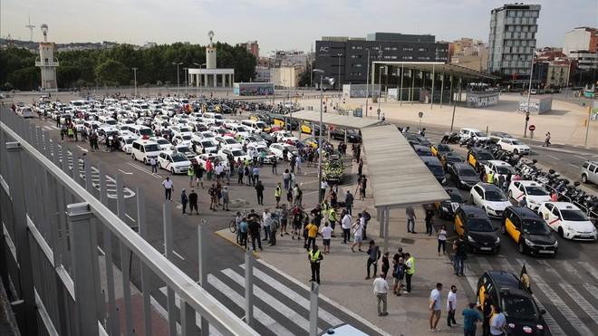 Grupo de taxistasen la parada de Sants Estació de Barcelona