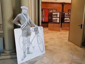 El pionero ciclista Joan Martí da la bienvenida a la muestra.