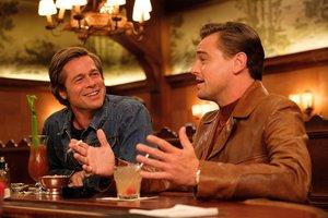 Brad Pitt (izquierda) y Leonardo DiCaprio, en el filme de Tarantino.