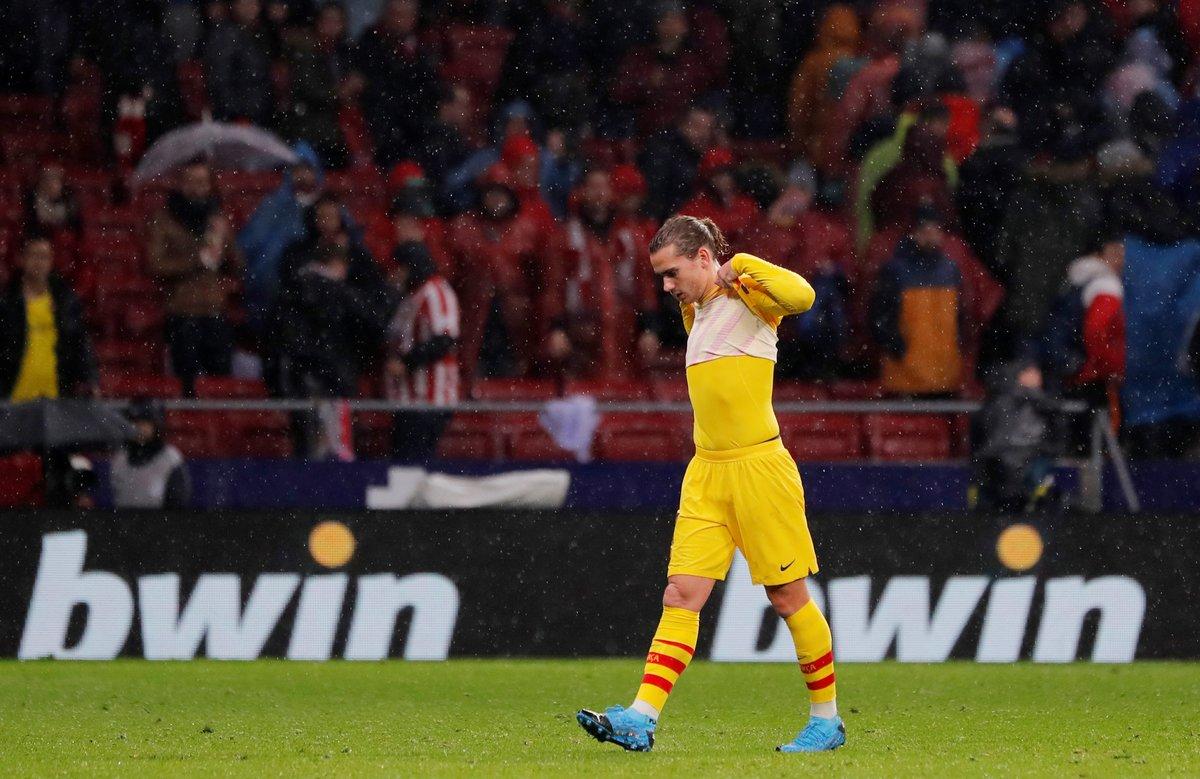 El barcelonista Griezmann se lamenta durante el partido ante el Atlético de Madrid.