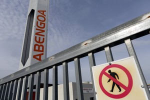 Advertencia de no pasar en un edificio de Abengoa.