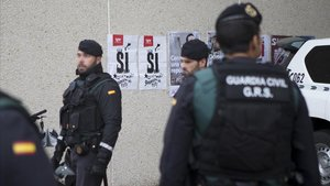 Agentes de la Guardia Civil durante el registro ala imprenta Artyplan, de Sant Feliu de Llobregat.