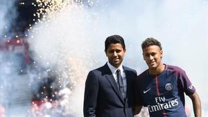 Al-Khelaifi, del PSG, durante la presentación de Neymar en agosto del 2017.