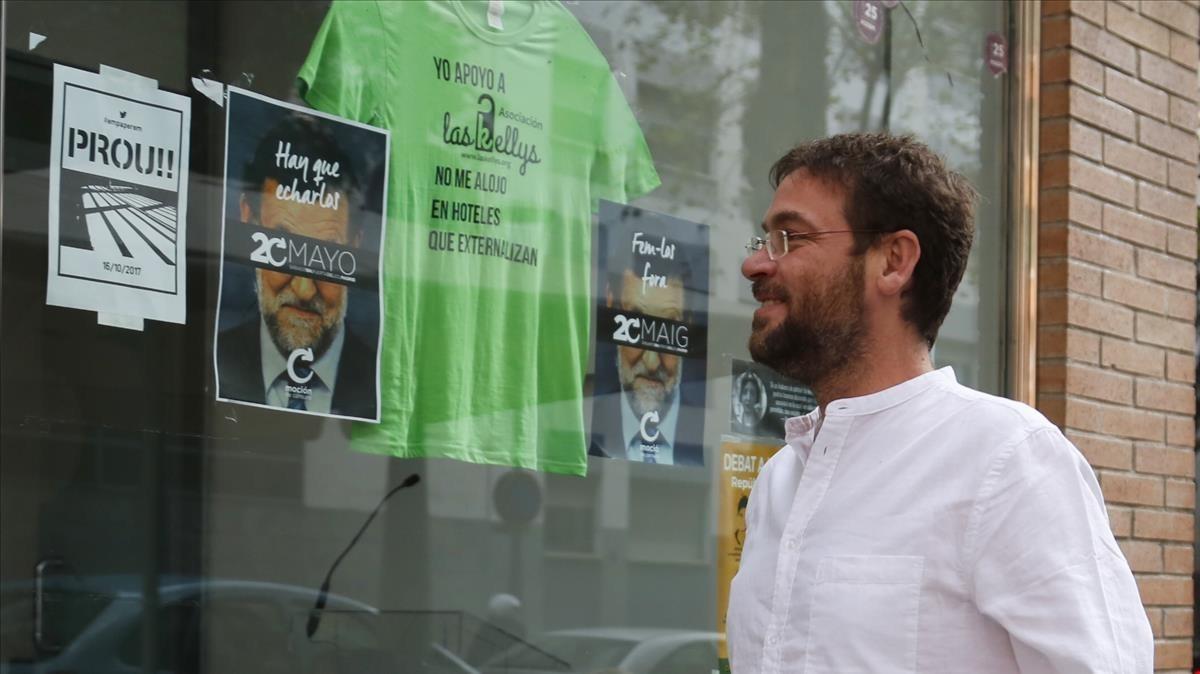 Albano Dante Fachin, entrando en la sede de Podem Catalunya.