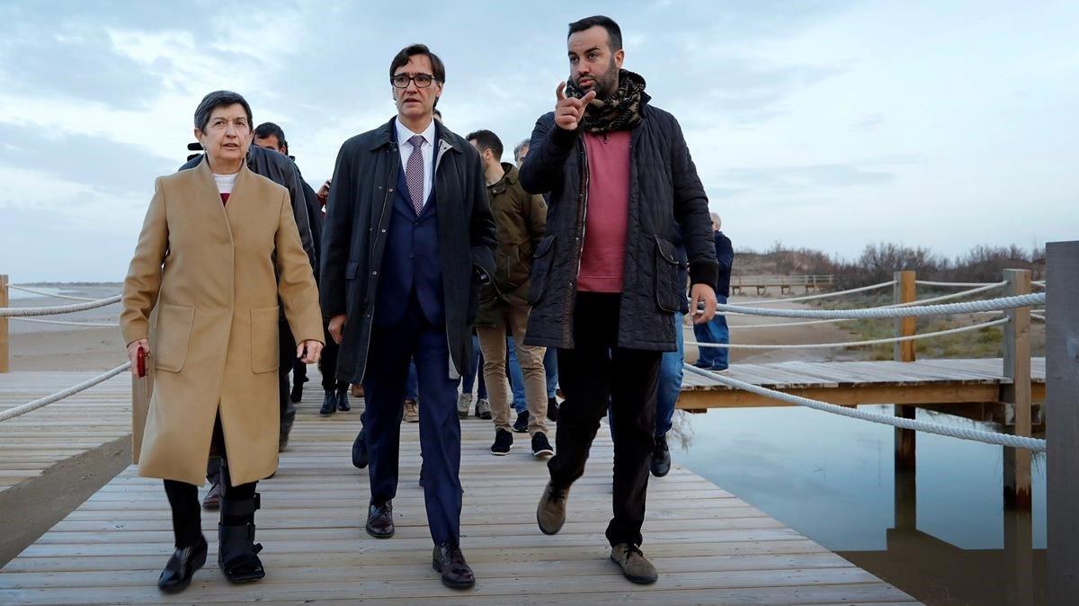 El alcalde de Deltebre, Lluís Soler (derecha), el pasado viernes, junto al ministro de Sanidad Salvador Illa y la delegada del Gobierno en Catalunya Teresa Cunillera, visitando la zona del delta del Ebro afectada por el temporal 'Gloria'.