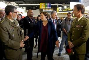 La alcaldesa Ada Colau conversa con los dos representantes del Ejército en el Saló de lEnsenyament.