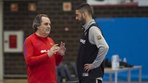 Alfred Julbe habla con Navarro en el entrenamiento del Barça