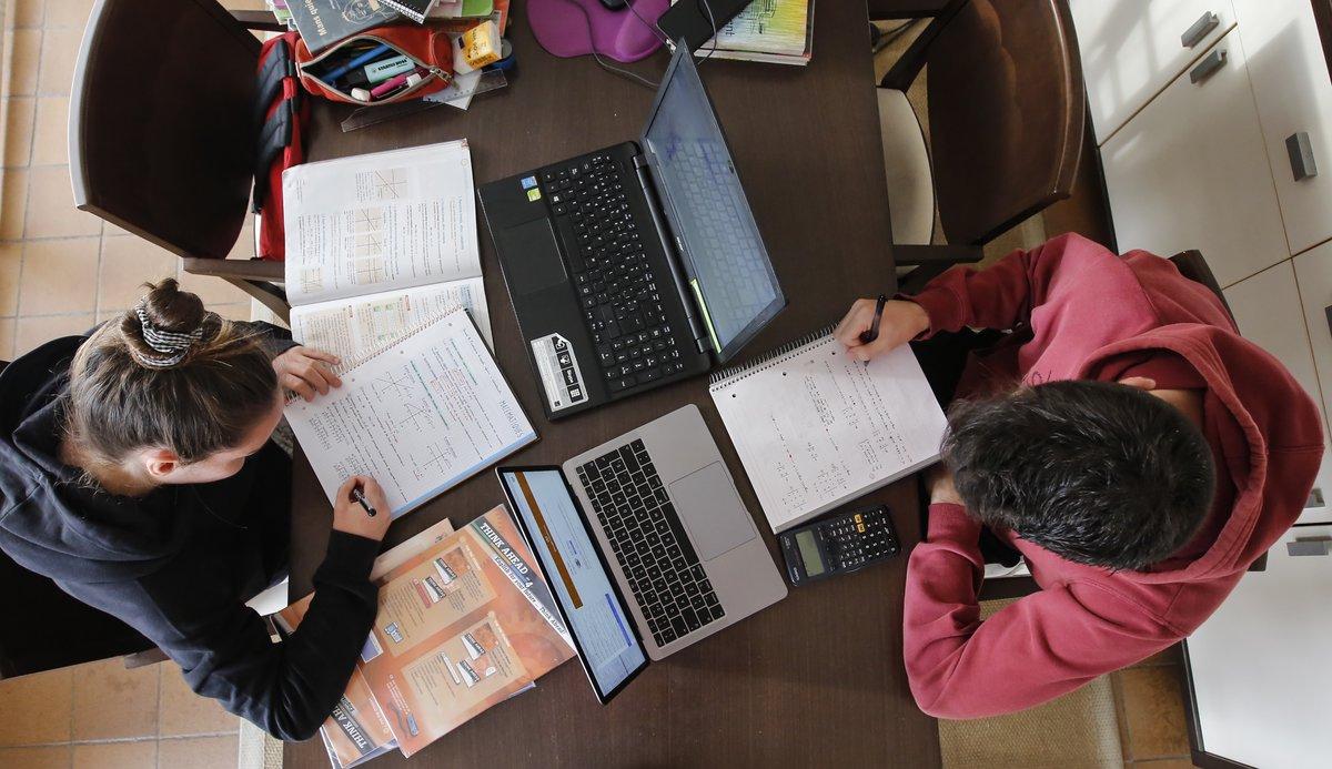 Alumnos de bachillerato estudian en casa durante el confinamiento.